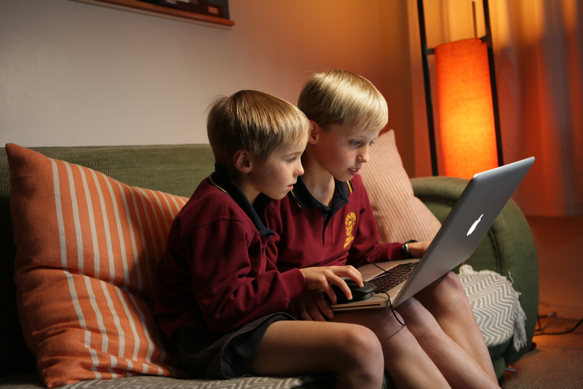 Guy_Robinson_people_photographer_auckland_two_boys_share_laptop_at_home