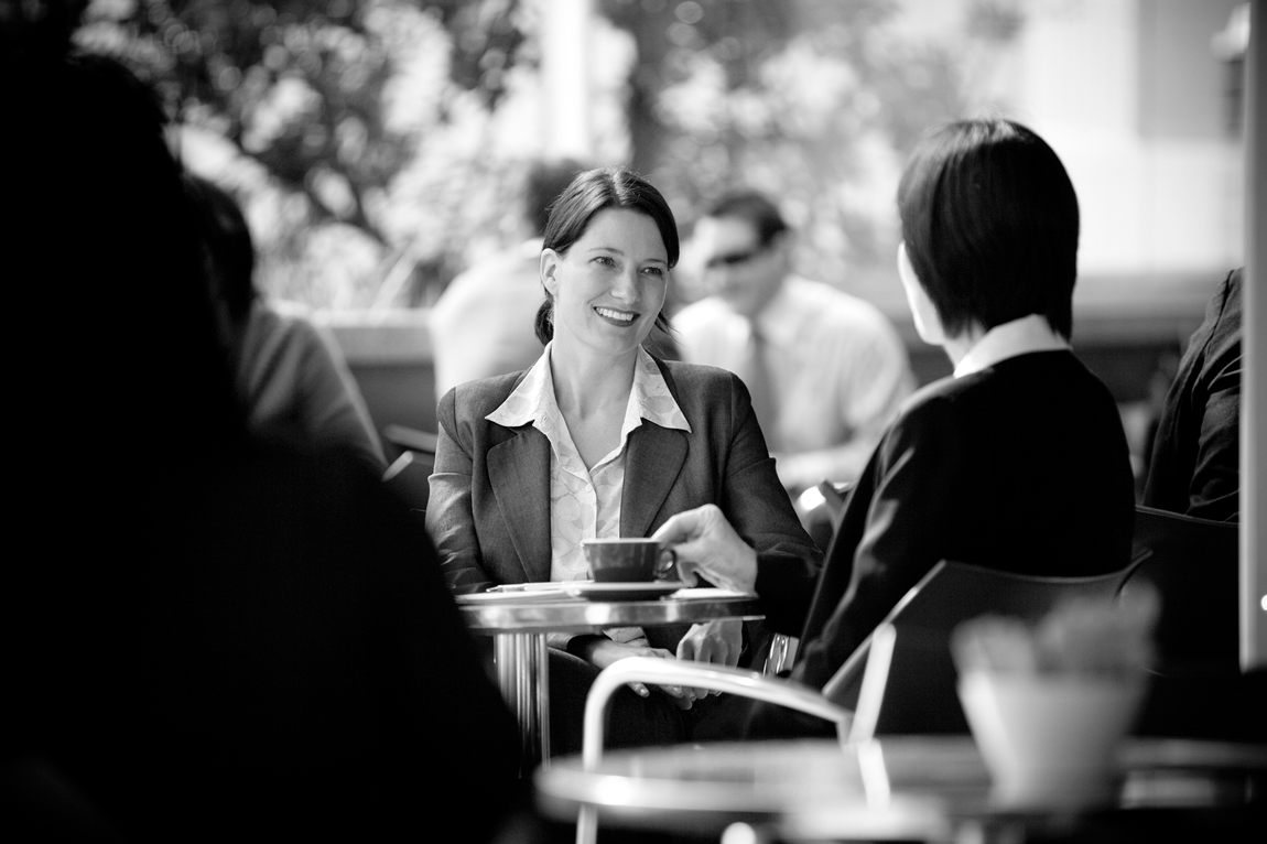 Guy_Robinson_corporate_photographer_auckland_business_woman_in_cafe